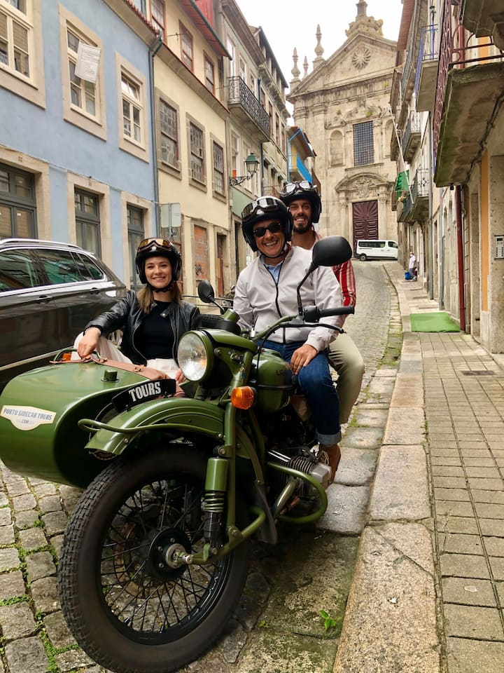 One of the many stops along the way, this time in Vitoria neighborhood,  with lots of photos