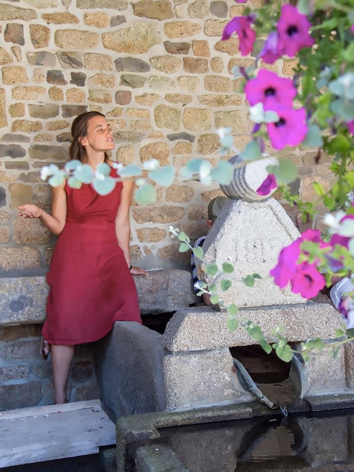 Poèmes clamés dans des recoins fleuris de Paris.