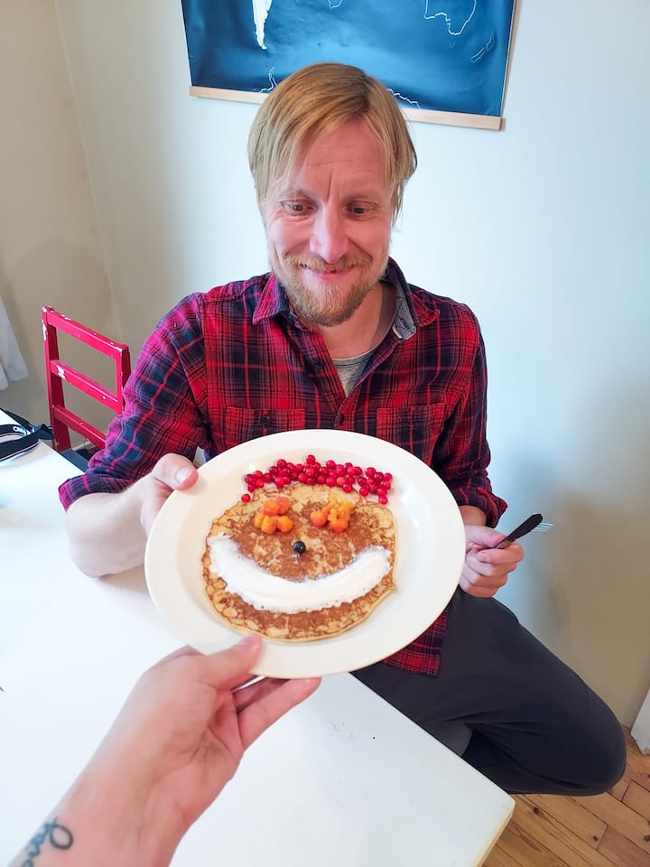 Berries on a Lätty. So good that it makes even the food itself smile.