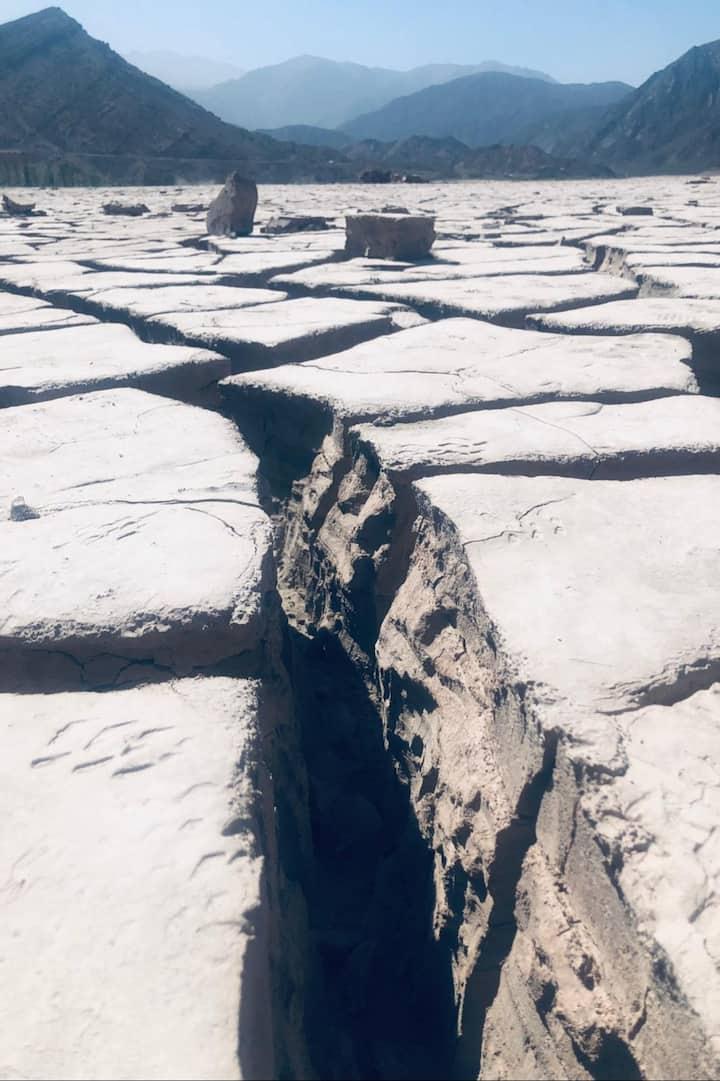 Grietas formadas por la sequia del lago.