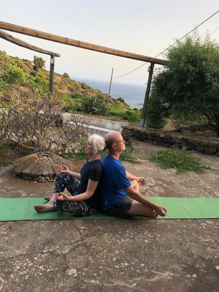 Yoga davanti al dammuso con la mia mamma