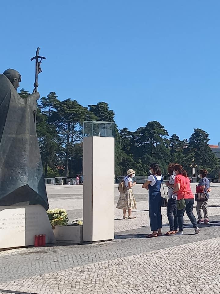 Junto à estátua do Papa São João PauloII