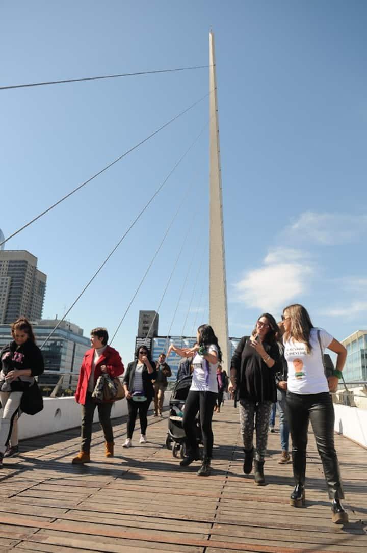 Caminando por el Puente de la Mujer