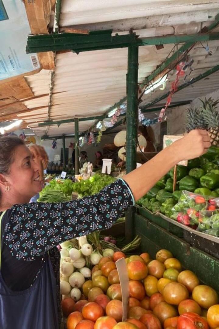 En el mercado comprando las verduras
