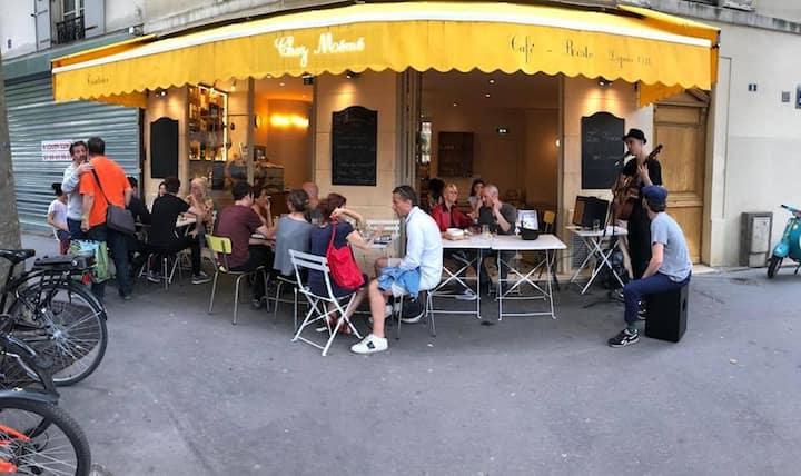 Dans une ambiance typiquement Parisienne