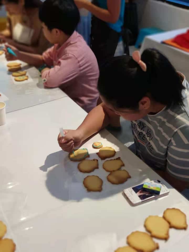 Finishing touch to the merlion cookies