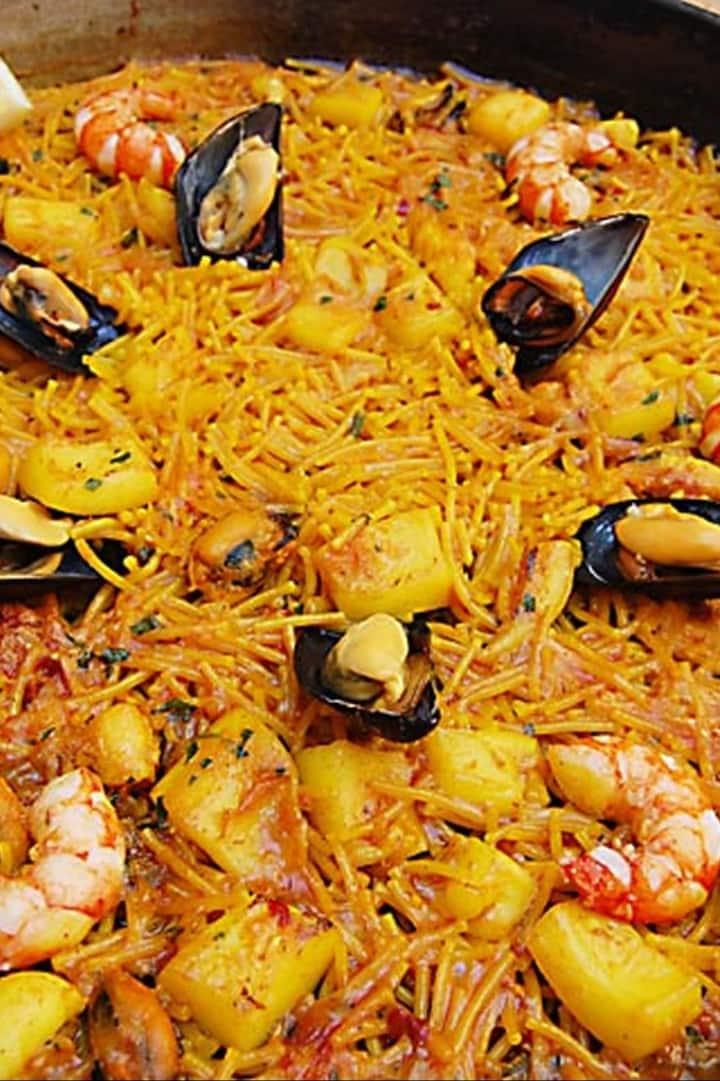 Seafood fideuá