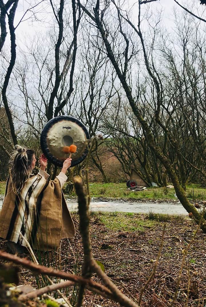 Gongs in nature