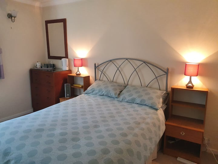 Comfortable double room with sink, TV and wifi