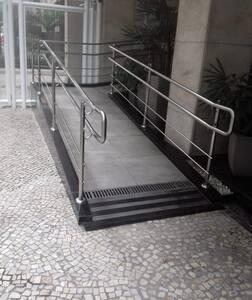 Нет лестницы или порога для входа