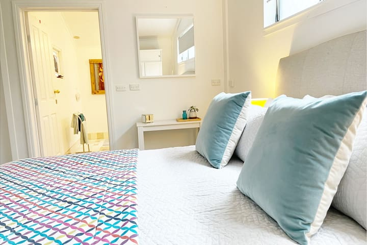 Comfortable bed and ensuite bathroom with toilet, sink and shower. We also provide towels, basic toiletries and a hairdryer.