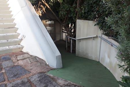 Acceso al edificio por rampa, para personas con movilidad reducida