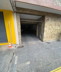 Hóspedes com necessidades especiais tem acesso fácil pela garagem, com amplo espaço para sair do carro e acesso por rampa até ao elevador