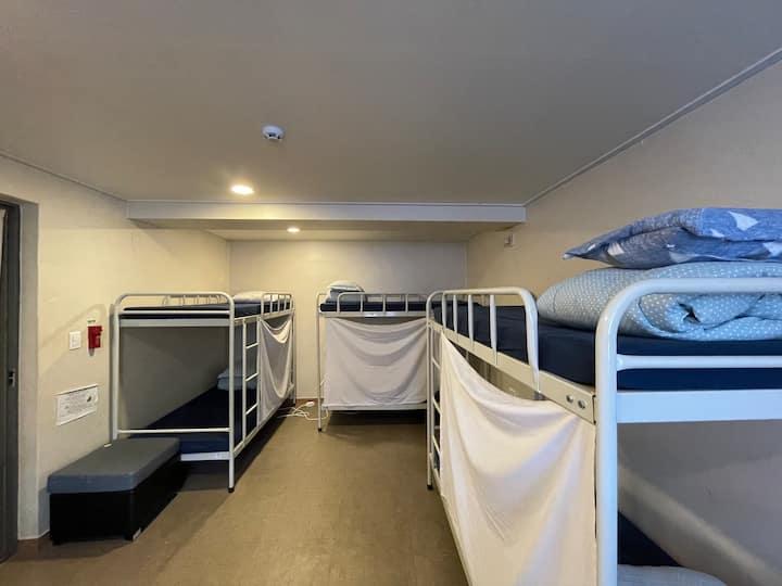 8 beds male dorm 공감동성로 게스트하우스