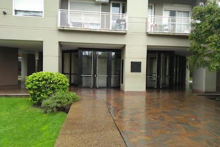 Anchas puertas de acceso al lobby