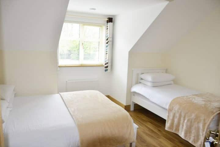 Double & Single Bed + Ensuite Bathroom + Breakfast