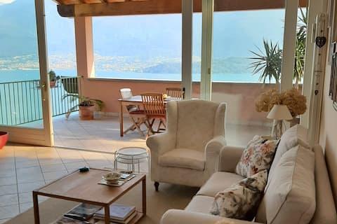 Spacious apartment with 180° panoramic lake view