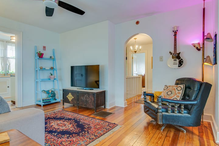 Cozy & Historic Tutor Apt in walkable neighborhood