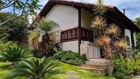 Casa aconchegante com belo jardim.