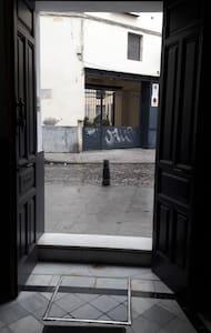 Hay un escalón para entrar en la casa y el ancho de la puerta es de 120 cm