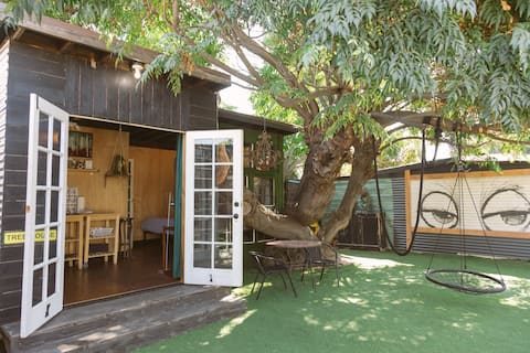 Tiny Tree House-Urban Gem