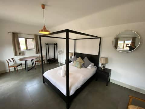 Stylish Studio Apartment set in Tranquil Courtyard
