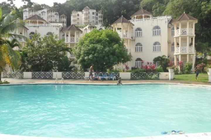 Ocho Rios  Apt Sleeps 1-2 Ocean View Gym Swim/pool
