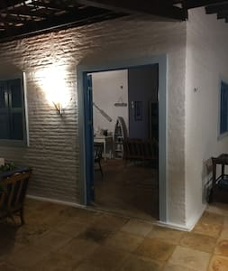 Porta principal da casa, um pequeno desnível de alguns centímetros, iluminação muito boa.