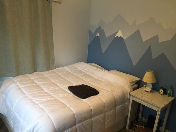 Cozy private room & bathroom by light rail W line