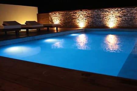 Ao entrar você já ver as luzes da piscina e as luzes sa entrada.