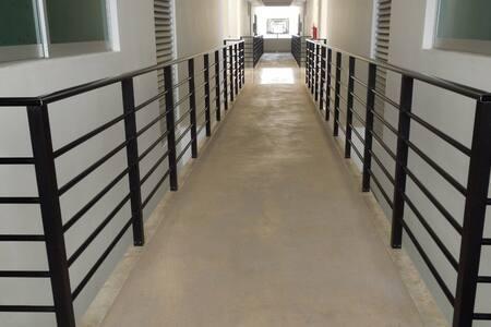 Pasillos amplios en todos los pisos y en planta baja. En planta baja hay rampa de acceso.
