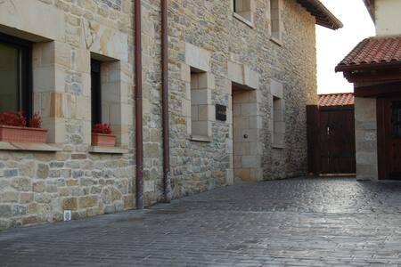 Cesta bez schodov k vchodu pre hostí
