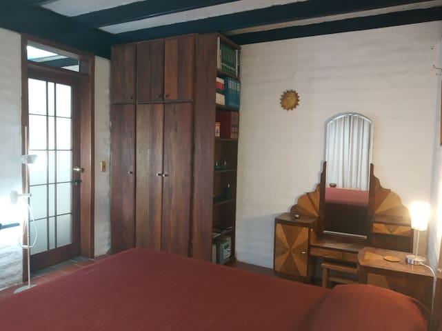 Dormitorio 3: Cama Matrimonial, Lámpara de pie, Puerta acceso Baño, Closet con Repisas, Peinadora, Velador+lámpara