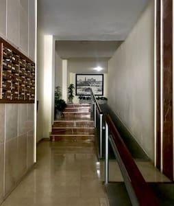 Entrada al edificio, planta baja, acceso con rampa