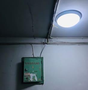 走廊里的感应灯 the automobile lamp in the corridor