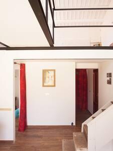 Habitaciones, salón, cocina y baño están todos a una misma altura en la planta baja de la Casita