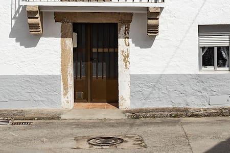 Entrada a la casa con pequeña rampa. Sin escalones. Habitaciones, salón, cocina y baño están todos a una misma altura en la planta baja de la Casita
