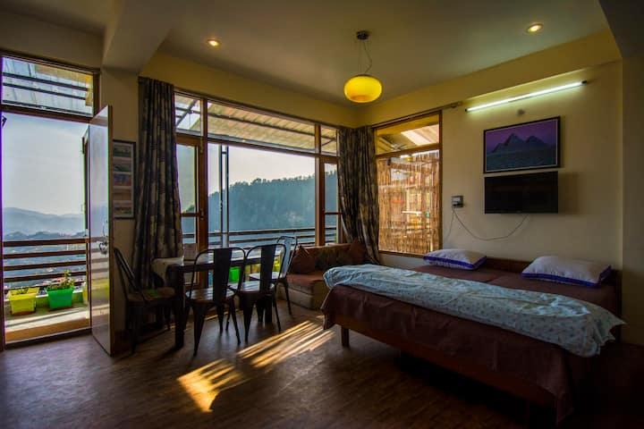 Cozy Studio with huge balcony- Hillspeak Homestay🏔