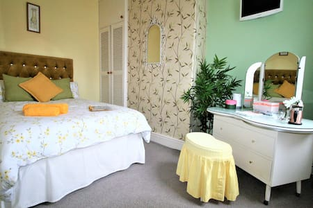 Private room-Centre 10mins! One female guest only!