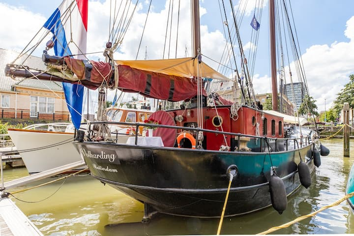 Bed & Boat: Historic Ship in Centre of Rotterdam