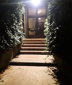 il percorso di entrata è sempre ben illuminato, anche la strada