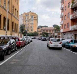 Free parking in The Street  Numerosi parcheggi gratis con striscia  bianca