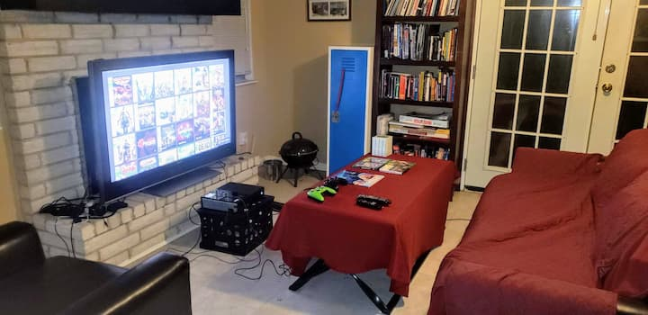 Comfy couch Living Room /Gaming /Streaming /Cable