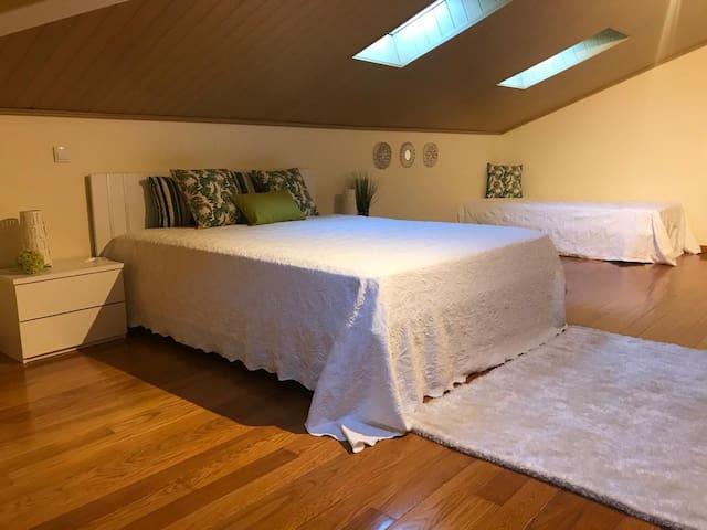 Quarto com1  cama de casal e 1 cama individual
