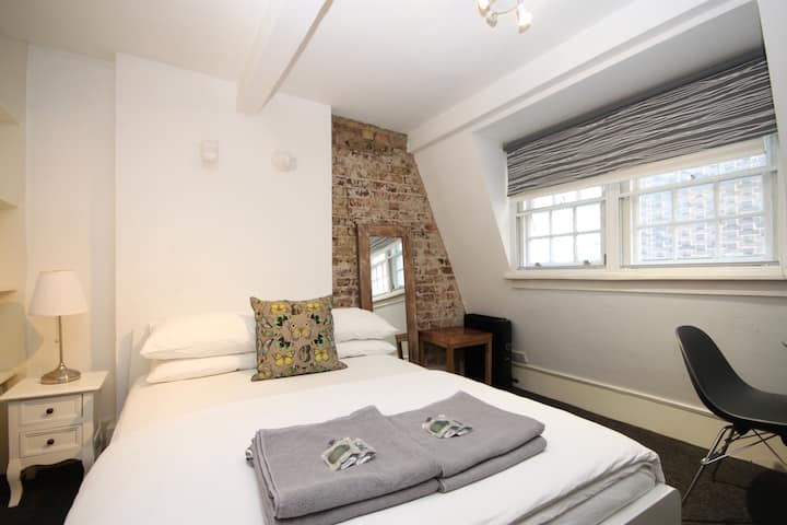 Cosy Penthouse Private Room Wardour & Brewer St :)