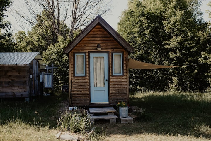 *Tiny House*Up North*Spring Wildflowers & Relaxing