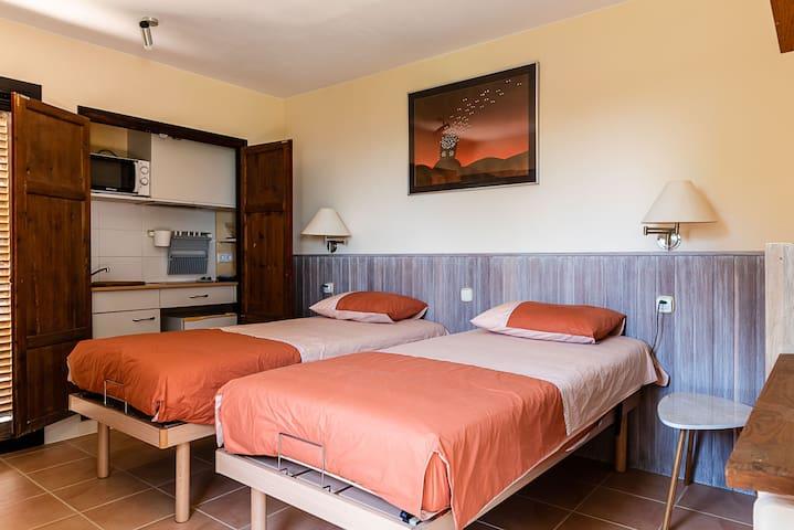 2 lits simples récents et très confortables.