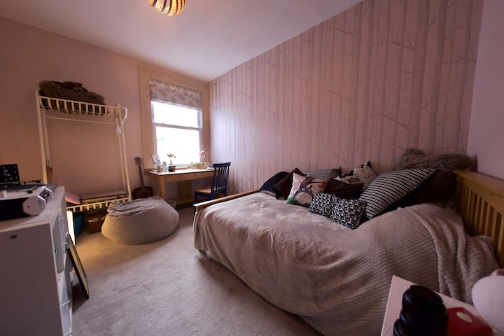 Peaceful guest room with desk in Totterdown