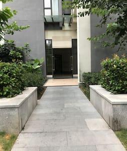 通往房间入口通道宽敞平坦无台阶
