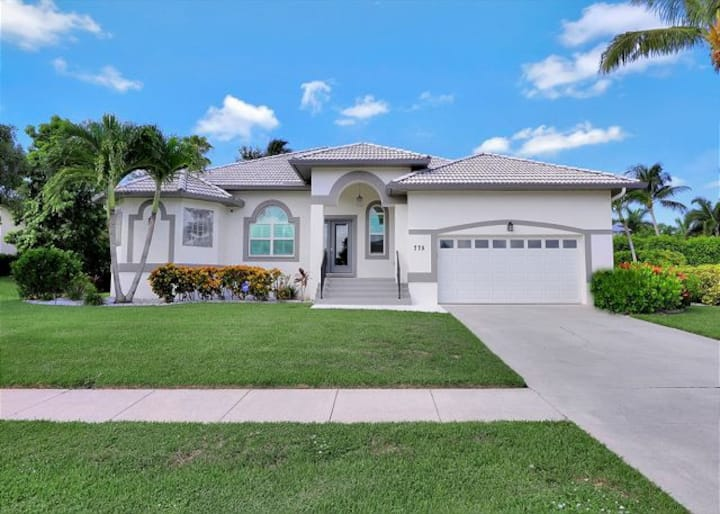 Luxury Living on Marco Island - IDEAL LOCATION !